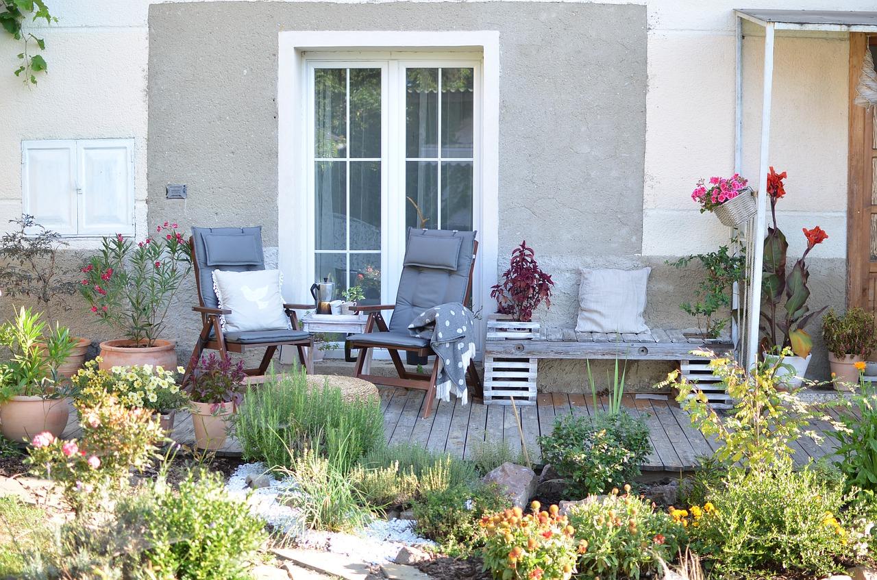 5 Cara Menata Bunga di Teras Rumah dengan Rapi